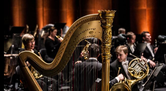 Musikksjef Karl-Heinz Steffens dirigerer operaorkesteret på Hovedscenen